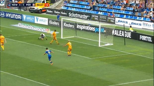 لقطة: كرة قدم: سقوط السياج خلال الإحتفال بهدف في الدوري الأسترالي