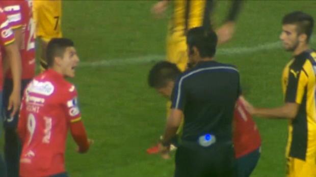 لقطة: كرة قدم: بيريرا يحصل على بطاقة حمراء مثيرة للجدل في فوز بينارول