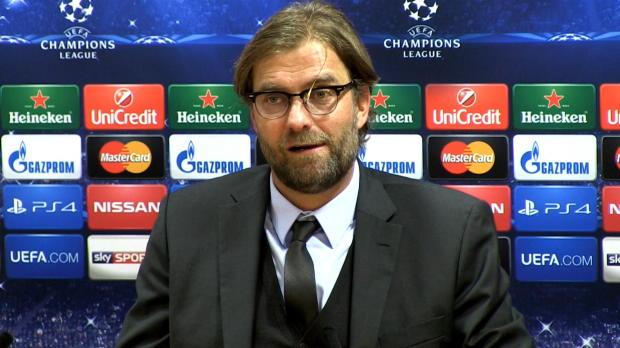 Scène assez cocasse en conférence de presse après la victoire d'Arsenal sur le Borussia Dortmund (2-0). Questionné par une journaliste, l'entraineur allemand est resté interloqué car il ne voyait pas son micro.