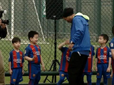 لقطة: كرة قدم: مصافحات اليد الغريبة مع رونالدينيو