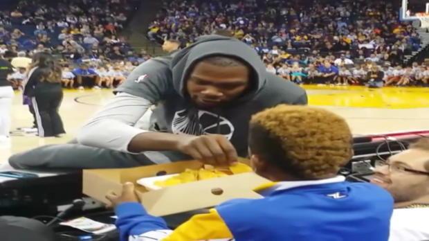 Basket : NBA - Warriors - Durant mange des nachos avec un fan en plein entrainement