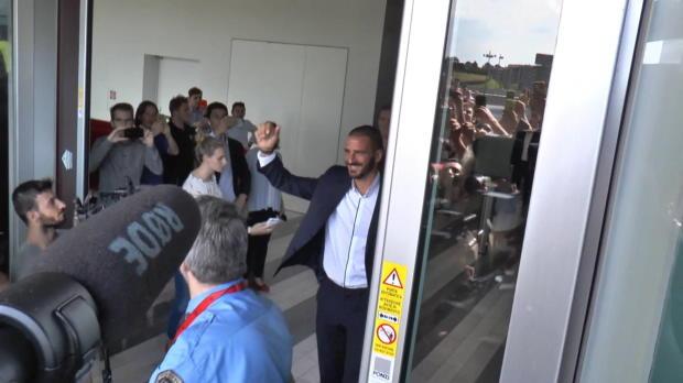 Fan-Eskalation bei Bonuccis Ankunft bei Milan