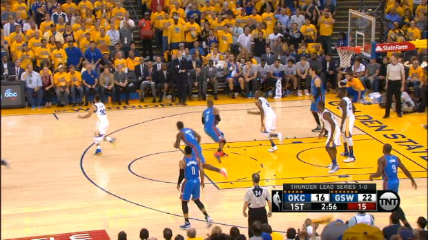 Basket : NBA - Warriors - Curry prend un bain de foule en plain match