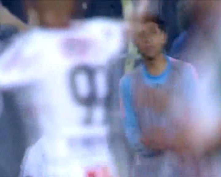 لقطة: كرة قدم: فالينسيا متخصص الضربات الثابتة يضرب من جديد