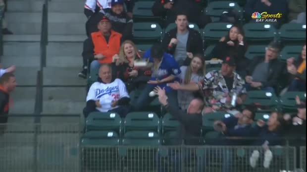 Dodgers-Fan verliert Pommes und Pizza im Kampf um den Ball