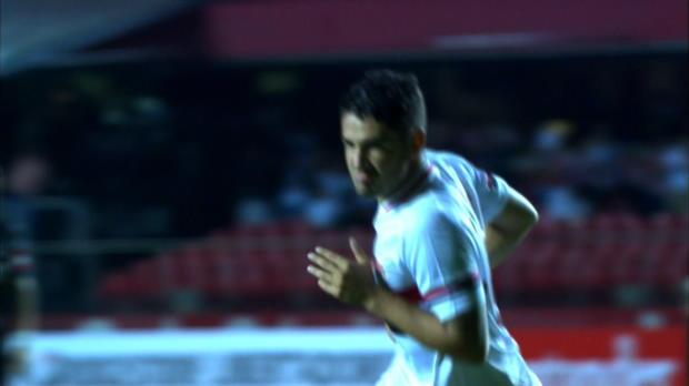 Auteur d'un doublé lors de la large victoire de Sao Paulo contre Danubio 4-0, l'ancien Milanais, de retour au pays, a signé un bijou de reprise de volée pour ouvrir la marque. Avec 8 buts au compteurs déjà, l'attaquant âgé de 25 ans confirme son retour en grande forme.