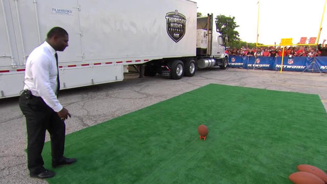'NFL GameDay' crew competes in field goal kicking contest before 'TNF'