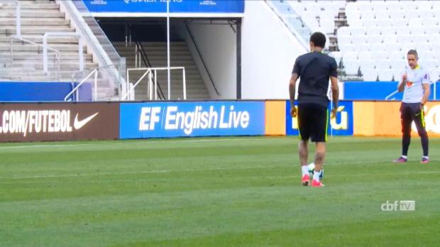 لقطة: كرة قدم: نيمار يسجّل ركلة حرّة رائعة في تدريبات السيليساو