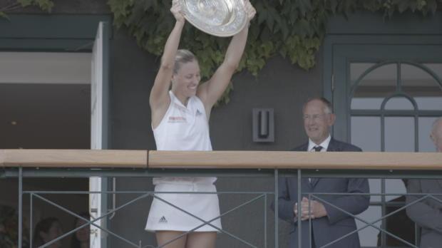 Tennis : Wimbledon - Kerber, radieuse avec son trophée