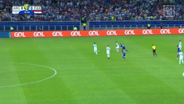 Finte und Tunnler: Messi mit Solo-Lauf