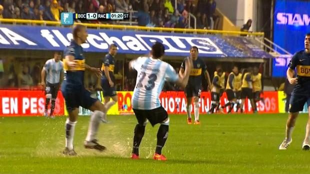 Quand les défenseurs sont à la traine, on peut toujours compter sur la pluie et sur l'état boueux de la pelouse de la Bombonera ! Dimanche, Boca Juniors a bien été aidé par la pluie torrentielle qui s'est abattu au-dessus de son stade, empêchant Facundo Castillon d'égaliser. Le match a été arrêté à la 57e minute.