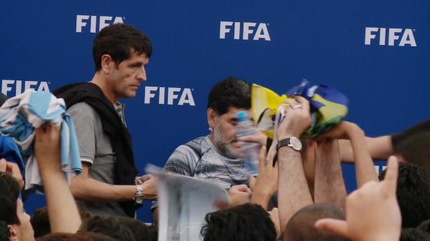 Fans zwingen Ronaldinho und Maradona von Bühne