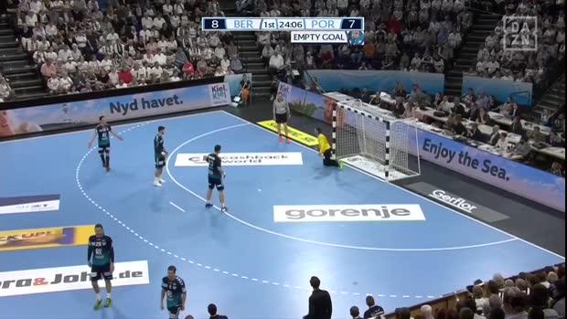 Handball: Wie geht das denn? Ball bleibt am Pfosten kleben