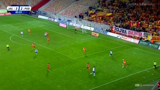 Richard Zajac est sans doute un gardien un peu trop sûr de lui. Face à Jagiellonia, le portier de Podbeskidzie a commis une erreur irréparable lors de la défaite de son équipe (4-2) en offrant un véritable cadeau à Nika Dzalamidze.
