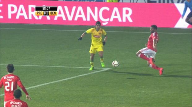 Après avoir manqué un penalty en début de match, Benfica s'est incliné 1-0 sur le terrain de Paços de Ferreira. Une défaite surprenante pour des leaders actuellement en pleine forme.