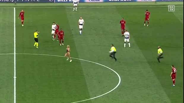 Flitzerin sorgt für aufregenden Moment | UEFA Champions League Viral