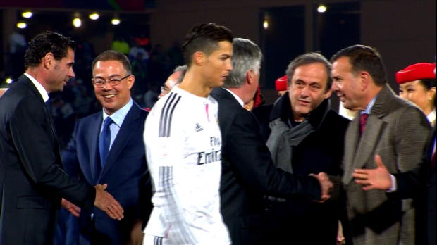 Cristiano Ronaldo a montré qu'il n'avait pas digéré les déclarations du Président de l'UEFA au sujet du prochain Ballon d'Or 2014. Alors qu'il empochait sa médaille de vainqueur de la Coupe du Monde des Clubs, le Portugais a évité Michel Platini lors du salut protocolaire.