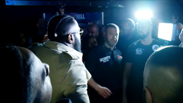 لقطة: ملاكمة: بيلو ووايلدر يتصادمان خلال عمليّة قياس وزن جوشوا وكليتشكو