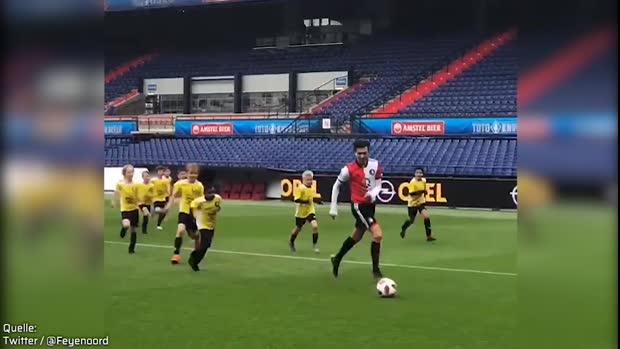 Fußball-Chaos: 120 Kinder gegen 11 Profis | Viral