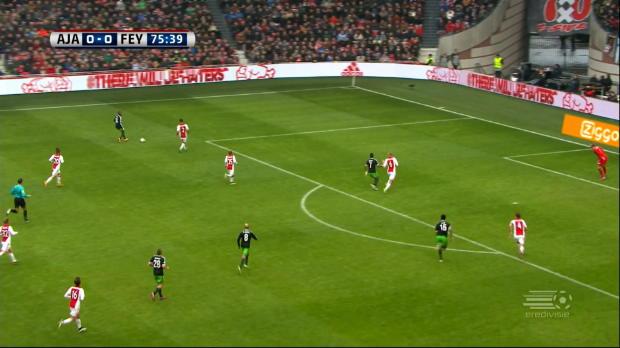 Aucun but n'a été inscrit lors du match nul entre Feyenoord et l'Ajax Amsterdam ce week-end. Le deuxième au classement Eredivisie l'Ajax, faisait face au troisième. Jean-Paul Boëtius,obtient une occasion en or et cadre sa tête sauvée par… son coéquipier Colin Kazim-Richards.