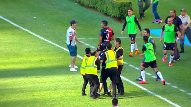 Liga MX: Skandal-Derby! Fans stürmen Platz