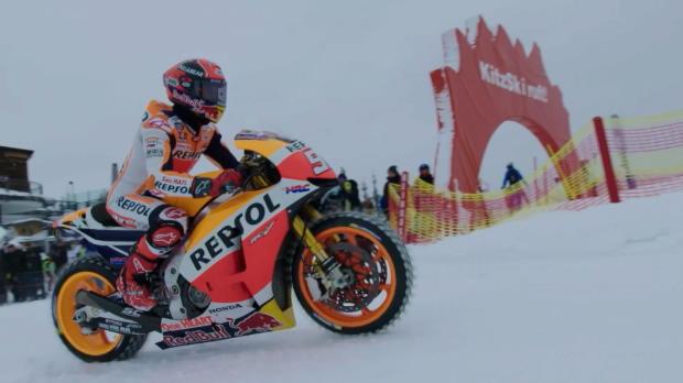 Marquez show, in moto sulla neve!