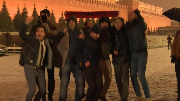Vorfreude auf WM: Fans feiern in Moskaus Schnee