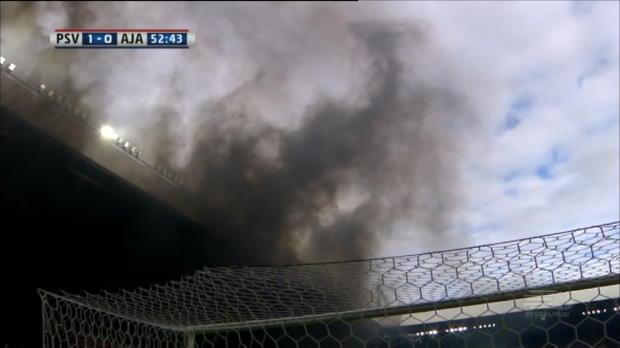 Rauchbombe! Spielunterbrechung bei PSV vs. Ajax