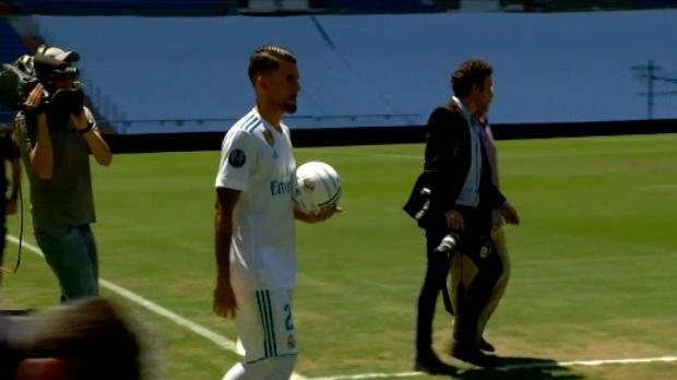 لقطة: كرة قدم: الوافد الجديد الى ريال مدريد داني سيبالوس يستعرض مهاراته