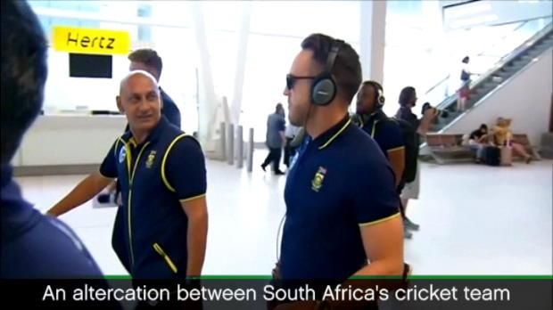 لقطة: كريكيت: الفريق الجنوب افريقي يتصرف بعدوانية مع مراسل أسترالي