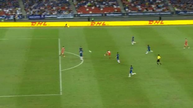 لقطة: كرة قدم: تسديدة مولر المذهلة تساهم بفوز بايرن بثلاثة أهداف