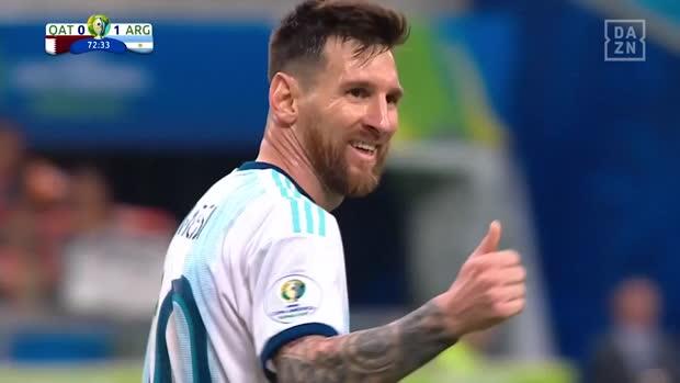 Messi schießt den Ball aus dem Stadion