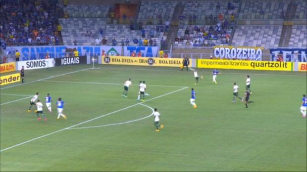 Cruzeiro est passé tout prêt d'une sévère déconvenue contre Palmeiras mercredi soir, mais le club leader a finalement arraché un point en fin de rencontre en égalisant (1-1).
