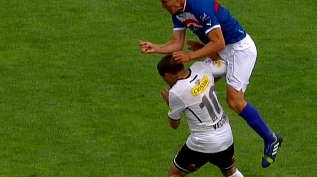 Lorsque Matias Cathais a fait faute sur Emiliano Vecchio durant le match Universidad Catolica-Colo Colo, de nombreux spectateurs ont dû avoir une impression de déjà-vu, cette action ressemblant étrangement à la faute de Zuniga sur Neymar lors de la Coupe du monde 2014.