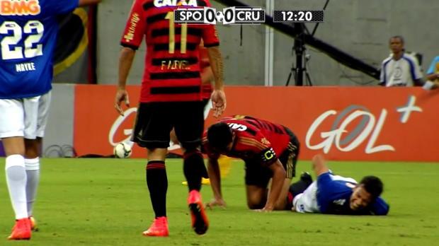 Il y a des gestes plus faciles que d'autres à imiter. Malheureusement, ce ne sont pas forcément les meilleurs. Durval, défenseur central de Recife, a imité la terrible faute de Zuniga sur Neymar lors de la dernière Coupe du monde, sur le milieu de terrain de Cruzeiro, Henrique.