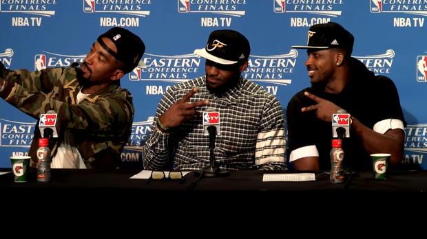 El selfie de Smith, LeBron y Thompson en plena rueda de prensa
