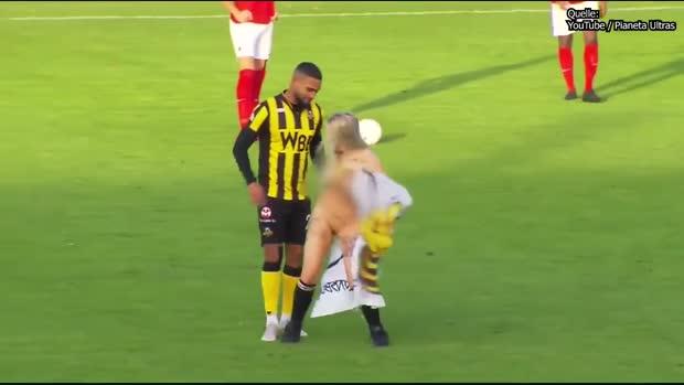 Nackt-Flitzerin überrascht Fußballer   Viral