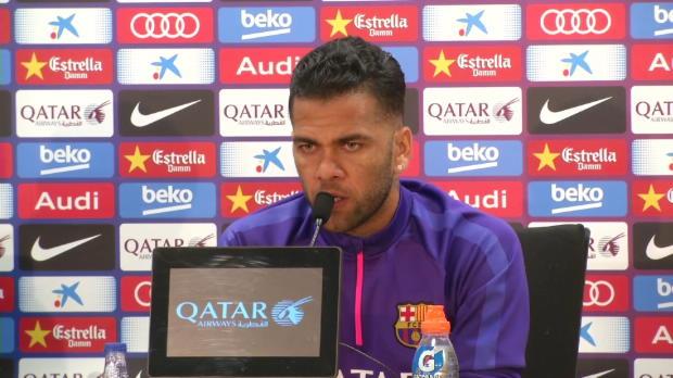 """Alves: """"La gente cree que vamos a ganar sin bajar del autob�s y no es as�"""""""
