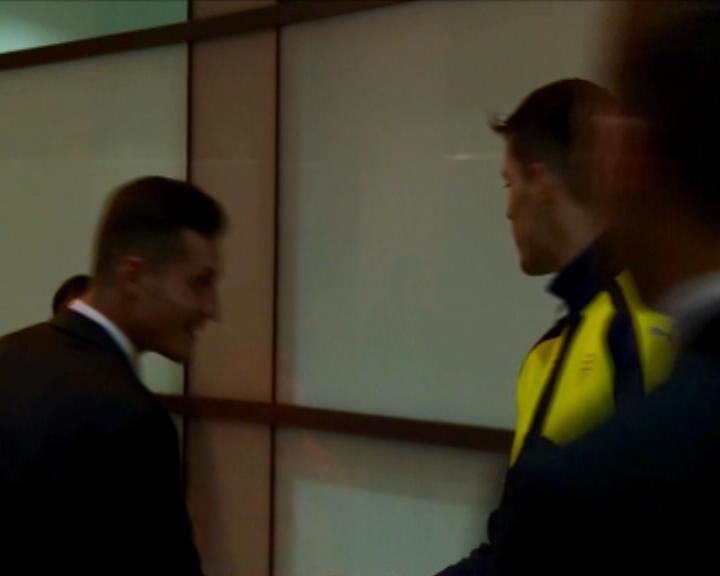 لقطة: كرة قدم: الأخوان شاكا يتعانقان بعد نهاية المباراة