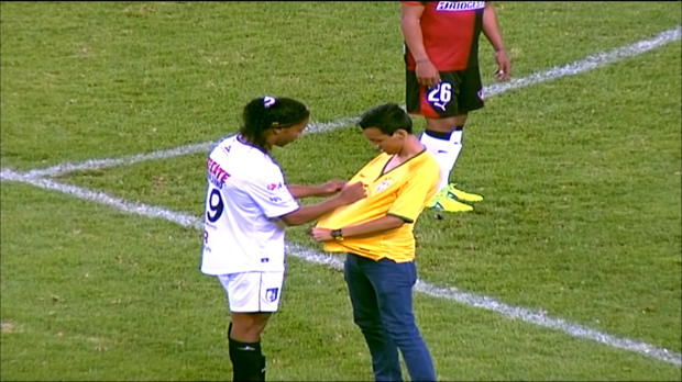 Scène surréaliste au Mexique lors du match entre l'Atlas et Queretaro (2-1). Cinq minutes après le coup d'envoi, un supporter vêtu du maillot du Brésil, s'est invité sur la pelouse et a filé en direction de Ronaldinho. Objectif : lui demander un autographe !