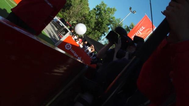 Vettel le pega un balonazo al cámara