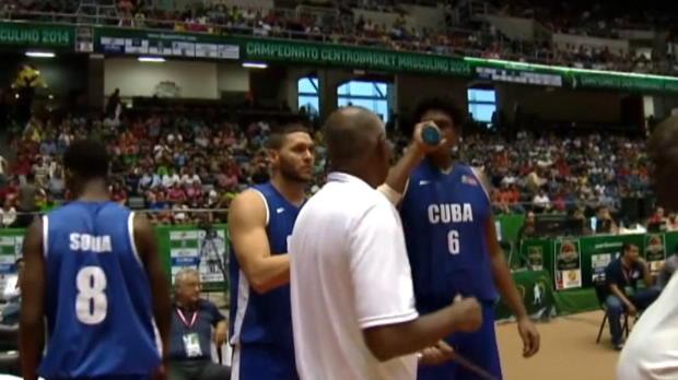 Basket : FIBA - Buzz - Un fan danse avec la mascotte