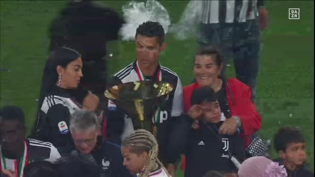 Ronaldo trifft Sohn mit Meisterpokal im Gesicht | Serie A Viral