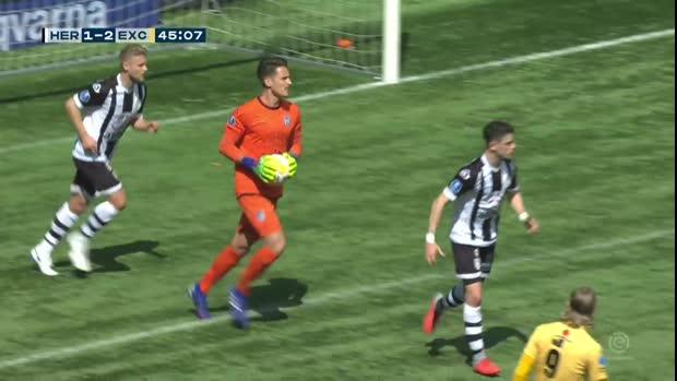 Unglücklicher Fehler! Torwart patzt beim Abschlag | Eredivisie Viral