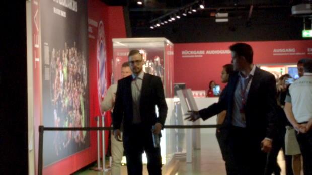 Dahoam! Boateng bringt Schale in Bayern-Museum