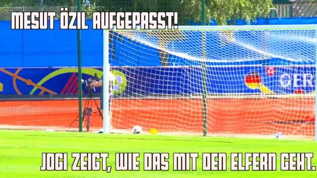 EM 2016: Löw zeigt Özil wie man Elfer schießt