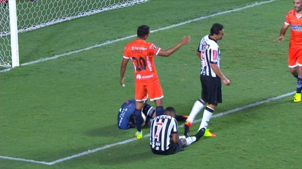 FÚTBOL: Copa Libertadores: Robinho hace una tijera....¡pero sin balón!