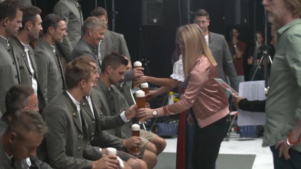 Prost! Bayern-Stars mit Lederhose und Weißbier