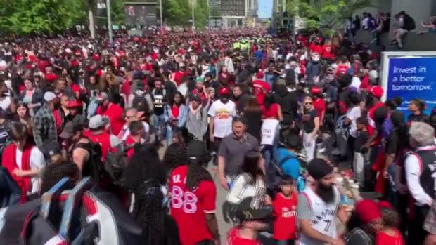 Raptors - Des coups de feu pendant la parade à Toronto