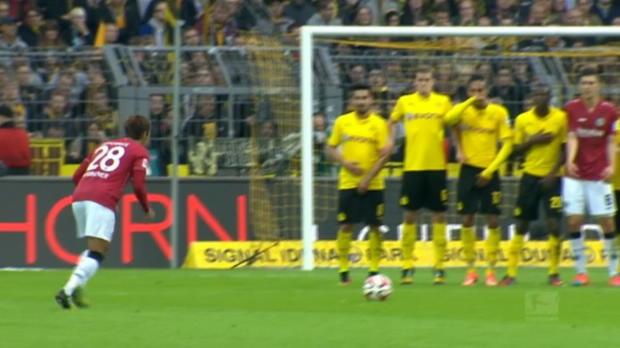 Brilliant en Europe, le Borussia Dortmund a encaissé un 4e revers de suite samedi sur sa pelousa face à Hanovre 0-1, tandis que la rencontre Eintracht Francfort et Stuttgart s'est soldée par une avalanche de buts et un score de 5-4.